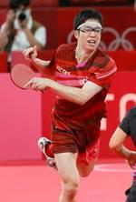 独特なデザインのサングラスを着用した卓球の水谷隼選手=26日、東京体育館