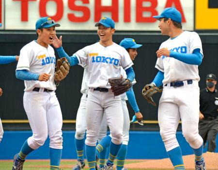 立大を破って今季初勝利を挙げて喜ぶ井沢(中央)ら東大ナイン=神宮