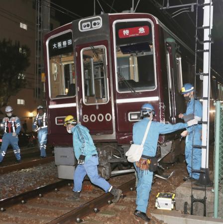 阪急神戸線で、乗用車と衝突し脱線した特急電車=2020年11月23日、神戸市