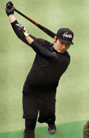 打撃練習する巨人・丸=川崎市のジャイアンツ球場
