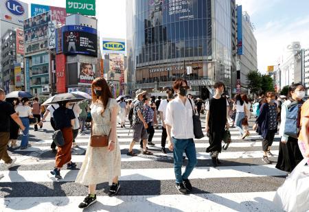 マスクを着けて東京・渋谷を行き交う人たち=22日午後