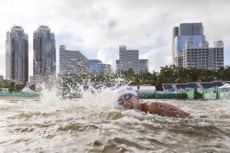 女子10キロ 力泳する貴田裕美=お台場海浜公園特設コース