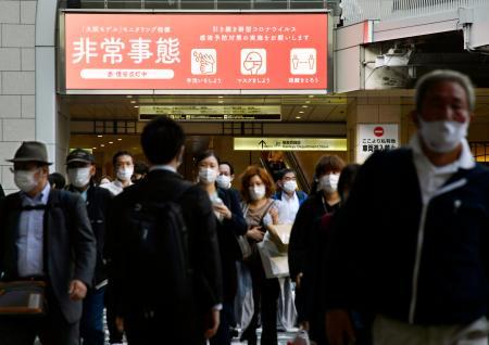 大阪・梅田で、新型コロナウイルスへの警戒を呼び掛けるモニター=23日午後5時21分