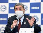 記者会見で春闘について説明する自動車総連の高倉明会長=14日午後、東京都港区