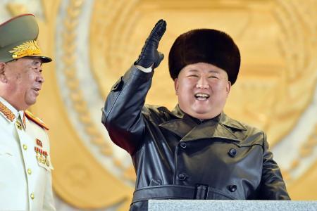 軍事パレードを閲兵する北朝鮮の金正恩総書記=14日、平壌(朝鮮中央通信=共同)