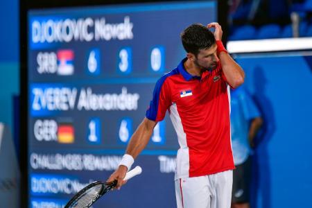 男子シングルス準決勝 さえない表情で汗をぬぐうセルビアのノバク・ジョコビッチ=有明テニスの森公園