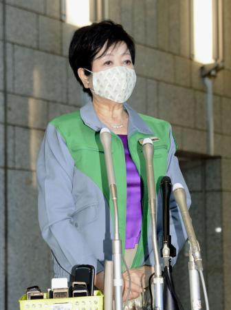 記者団の取材に応じる東京都の小池百合子知事=8日午前、都庁