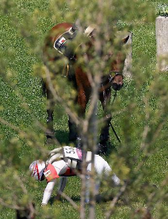 総合馬術 クロスカントリーで落馬した大岩義明=海の森クロスカントリーコース