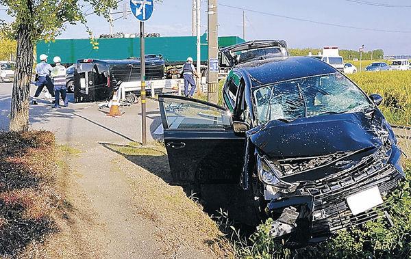 事故で大破した車=16日午前7時40分、金沢市八田町西