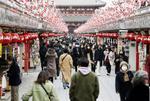東京・浅草の仲見世通りを歩く人たち。国内の新型コロナウイルスの感染者が初めて5千人を超えた=6日午後