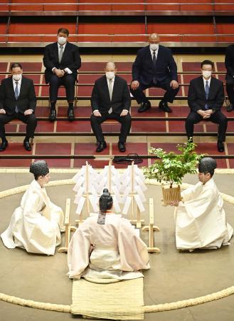 東京・両国国技館で営まれた大相撲7月場所の土俵祭り。日本相撲協会の八角理事長(奥中央)らは間隔を空けて臨んだ=18日