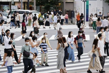 交差点を行き交う、マスク姿の人たち=20日午後、東京・銀座