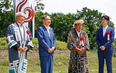 「民族共生象徴空間(ウポポイ)」を視察し、関係者らと話す菅官房長官(左から2人目)。右端は鈴木直道知事=11日午後、北海道白老町