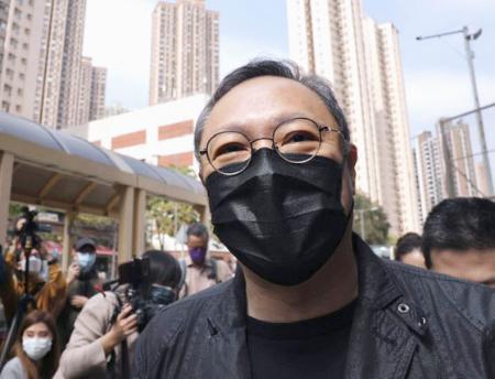 香港の警察署に出頭し、メディアの取材に応じる戴耀廷元香港大准教授=2月28日(共同)