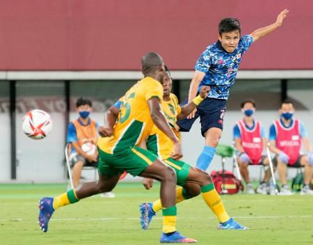 日本―南アフリカ 後半、先制ゴールを決める久保建(右)=味の素スタジアム