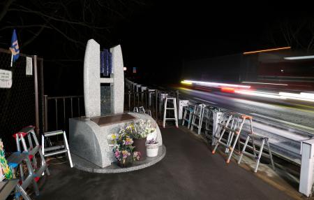スキーバス転落事故から5年、発生時刻となった現場付近の慰霊碑の脇を車が通過して行った=15日午前1時52分、長野県軽井沢町