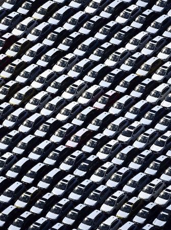 海外に向け輸出を待つ車=2020年8月、川崎市の東扇島物流センター