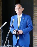 記者団の取材に応じる菅首相=22日午後、首相公邸前