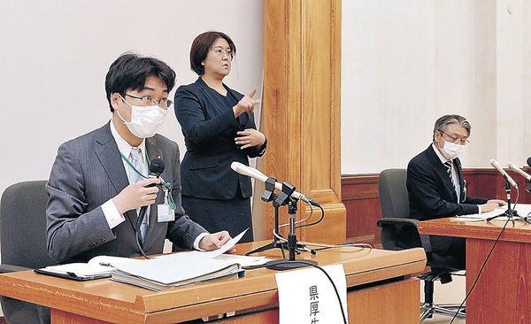 会見する木内県厚生部長(左)と田中富山市福祉保健部長(右)=県庁