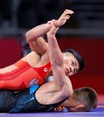 男子グレコローマン60キロ級2回戦 中国選手(下)と対戦する文田健一郎=幕張メッセ