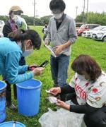 幾世橋小学校でタイムカプセルを掘り出す卒業生ら=23日、福島県浪江町