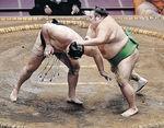 輝(左)がはたき込みで千代丸に敗れる=両国国技館