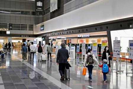 旅行や帰省のため羽田空港を訪れた利用客ら=10日午前