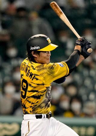 5回阪神2死二塁、藤浪が左越えに先制2ランを放つ=甲子園