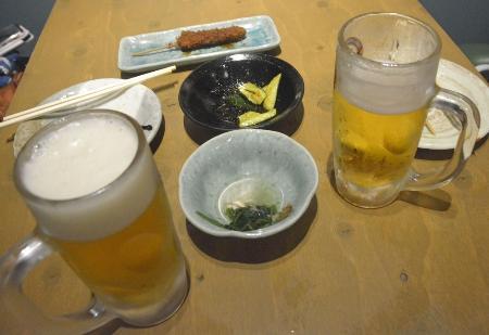 新型コロナウイルス対応の緊急事態宣言が発令されても酒類提供を続ける居酒屋のテーブル=6月、名古屋市