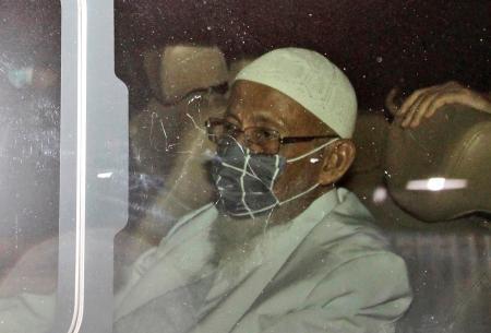 8日、インドネシア・ボゴールの刑務所から出所し車に乗るアブ・バカル・バシル氏(AP=共同)