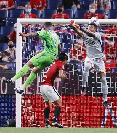 浦和―湘南 後半、ヘディングでゴールを決める湘南・ウェリントン(左)。GK鈴木=埼玉スタジアム