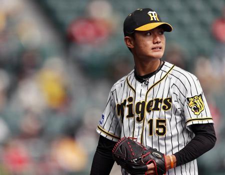 3回、広島・クロンに満塁本塁打を許し、厳しい表情でベンチに戻る阪神・西純矢=甲子園