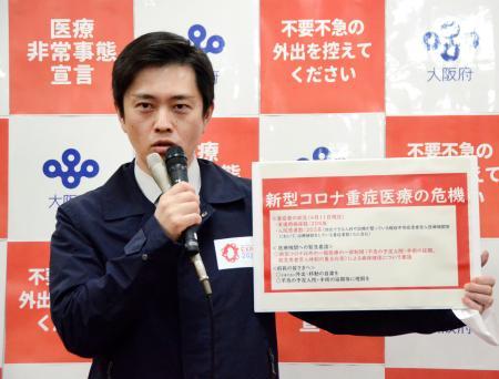 大阪府庁で記者団の取材に応じる吉村洋文知事=12日午後