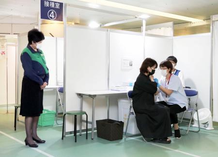 東京都が運営する大規模ワクチン接種センターを視察する小池百合子知事(左)=1日午後、東京都千代田区(代表撮影)