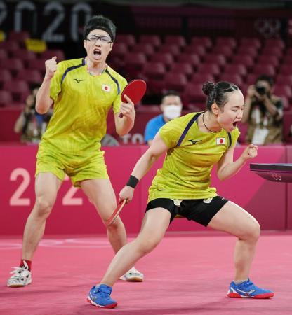 混合ダブルス準決勝 第3ゲームをとり、ガッツポーズする水谷隼(左)、伊藤美誠組=東京体育館