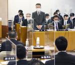 福井県議会で原発再稼働についての質問に答える杉本達治知事(中央)=12日午後、県庁