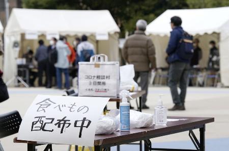 東京都新宿区の大久保公園に設けられた「年越し支援・コロナ被害相談村(コロナ村)」=2020年12月29日