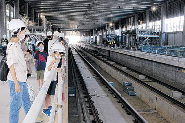 北陸新幹線小松駅のホームを見学する参加者=25日午前10時35分、小松市土居原町