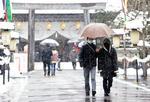 雪が降り続く富山県高岡市内の神社で初詣をする参拝客=1日午後