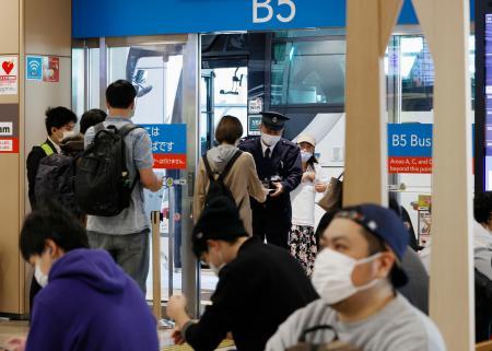「バスタ新宿」から高速バスに乗る人たち=10日午前、東京都渋谷区