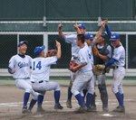 優勝を決め、喜ぶ小松大谷ナイン=26日午後0時28分、金沢市の石川県立野球場