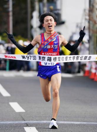 初の往路優勝を果たし、ゴールする創価大の三上雄太=神奈川県箱根町