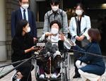 ソウル中央地裁での判決後、記者団の取材に応じる元従軍慰安婦の李容洙さん(手前中央)=21日(共同)