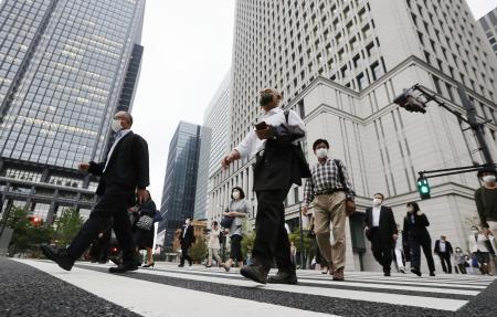 東京・丸の内のオフィス街=5月