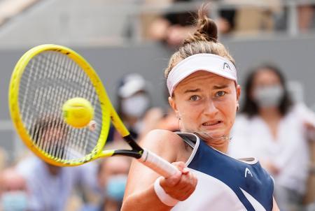 女子シングルス決勝 対戦するバルボラ・クレイチコバ=パリ(AP=共同)