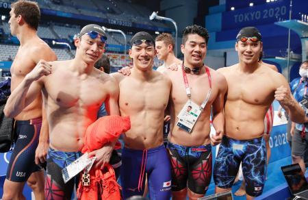 男子400メートルメドレーリレー決勝 3分29秒91の日本新で6位に入り、笑顔の(左から)入江陵介、武良竜也、水沼尚輝、中村克=東京アクアティクスセンター