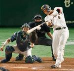 7回巨人1死満塁、坂本が左翼線に同点2点二塁打を放つ。捕手中村=東京ドーム