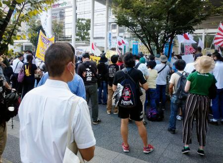 ヘイトスピーチがないか監視する川崎市職員(手前)=12日午後、JR川崎駅前