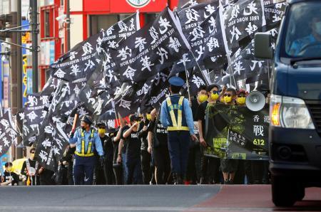 2019年の香港での大規模抗議活動から2年、中国の統制強化に抗議しデモ行進する在日香港人ら=12日午後、東京・新宿