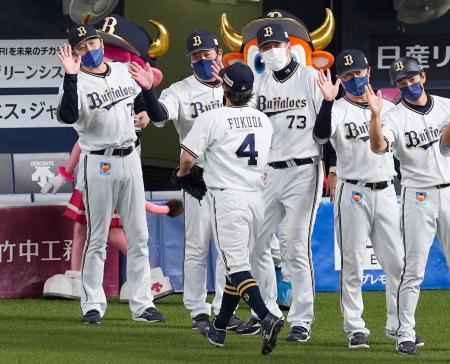広島に勝利し、決勝三塁打を放った福田(4)を迎えるオリックス・中嶋監督(左端)ら=京セラドーム
